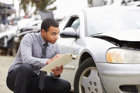 Loss Adjuster Inspecting Car Involved In Accident Standard-Bild