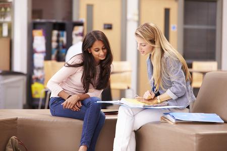 dos personas conversando: Trabajo femenino Estudiante Universitario Con Mentor