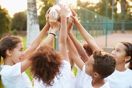 青少年サッカー チーム トレーニング一緒に 写真素材