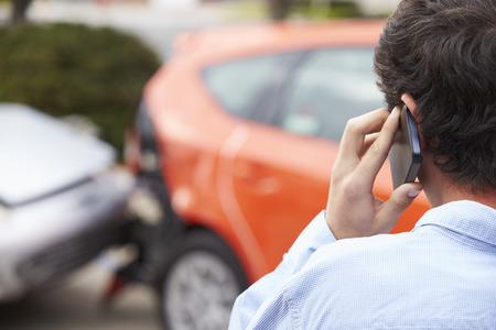 carro antiguo: Teenage Making Conductor Phone Call Después de Accidentes de Tránsito Foto de archivo