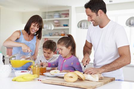家族一緒にキッチンで朝食を作る