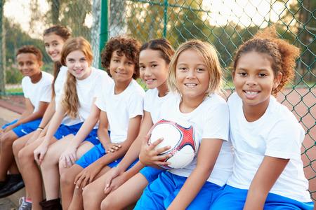niñas jugando: Retrato de Fútbol Juvenil de Capacitación del Equipo Juntos