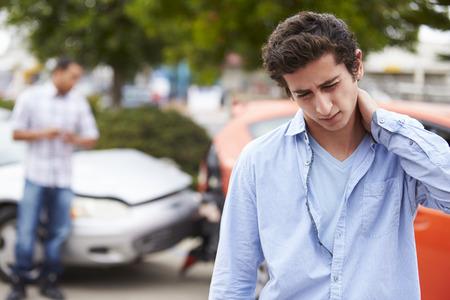 carro antiguo: Conductor adolescente Sufrimiento Whiplash Lesiones de Accidentes de Tránsito