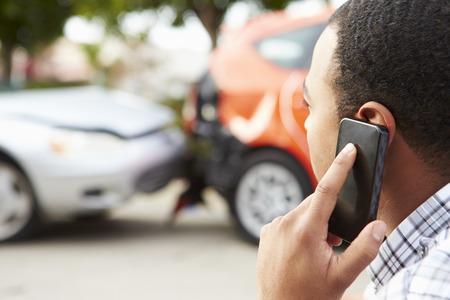 seguros: Hombre Making Conductor Phone Call Después de Accidentes de Tránsito