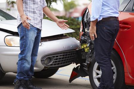 Dwóch kierowców Arguing Po Traffic Accident
