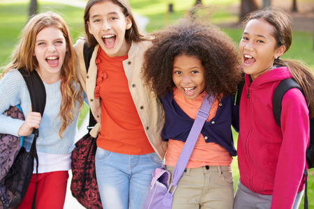 niños jugando: Grupo de chicas jóvenes que cuelgan hacia fuera en el parque Juntos