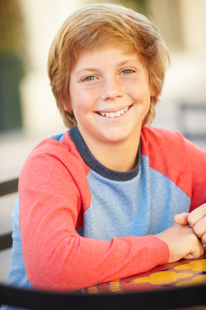10 代の少年の笑顔のポートレート