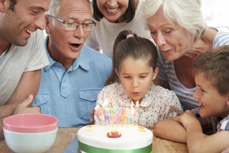 velitas de cumpleaños: Multi generacional Celebrando el cumpleaños de la hija