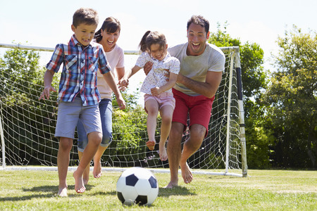 정원에서 축구를 함께하는 가족