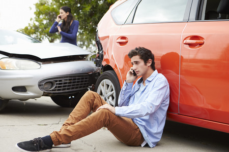 Teenage Driver maken telefoontje Na Traffic Accident