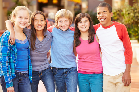 niños de compras: Grupo de niños que cuelgan hacia fuera junto en el centro comercial