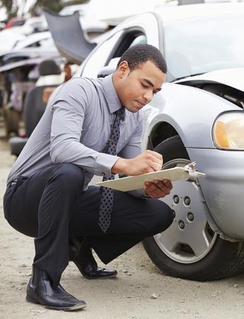 accident de travail: Perte Ajusteur Inspection voiture impliqu�e dans un accident Banque d'images