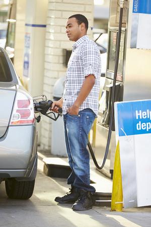 gas station: Conductor masculino Llenar Coche En La Gasolinera Foto de archivo