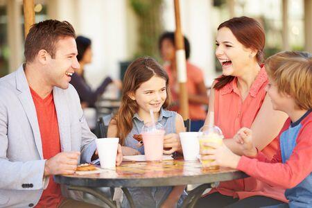 madre e hija adolescente: Familia que disfruta de un aperitivo en Caf