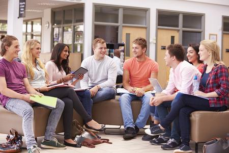 座っていると、一緒に話している大学生のグループ
