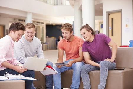 Mannelijke studenten zitten en praten Together Stockfoto