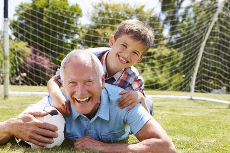 jugando futbol: Retrato De Abuelo y nieto con el f�tbol