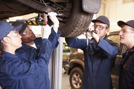 mecanico: Maestro ayudar a los estudiantes a ser Capacitaci�n mec�nicos de coche