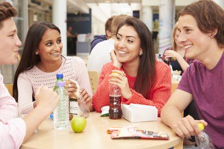 Gruppe Studenten Essen zusammen zu Mittag essen