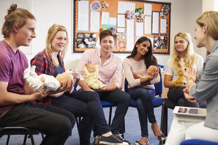육아 과정을 수강하는 학생을 돕는 교사