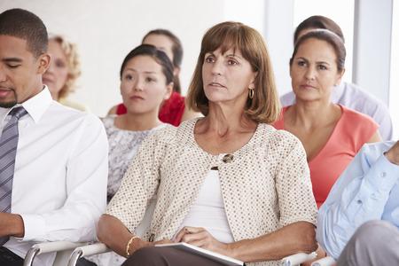 Zakelijke Afgevaardigden luisteren naar presentatie op de conferentie