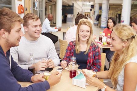 almuerzo: Grupo de estudiantes universitarios Comer almuerzan junto