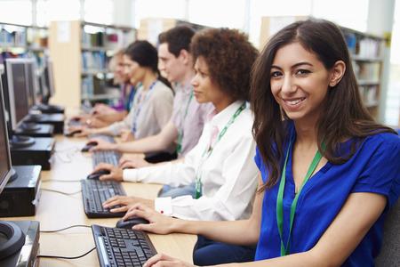 clases: Grupo de Estudiantes maduros trabajan en los ordenadores