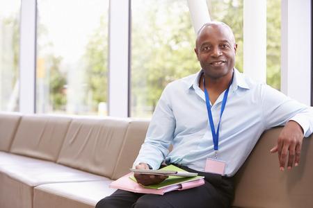 tutor: Retrato de la universidad masculina tutor Con Tableta digital Foto de archivo