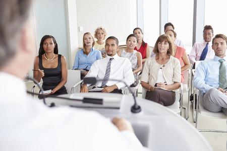 personas escuchando: Los delegados comerciales que escuchan la presentación en la conferencia