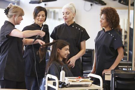 clases: Formación del Profesorado maduro Estudiantes en peluquería Foto de archivo
