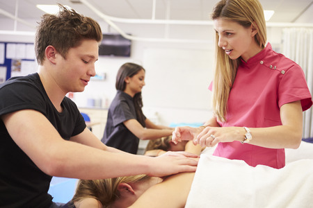 Lehrer helfen Student Training Um Masseuse Werden Standard-Bild