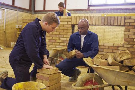 constructor: Maestro ayudar a los estudiantes de Formación para ser constructores Foto de archivo