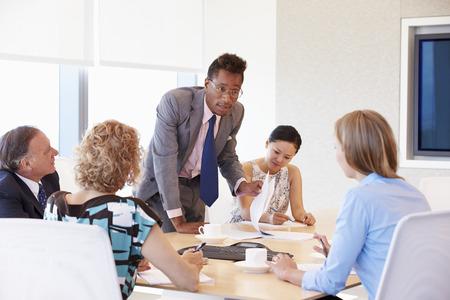 Vijf ondernemers die vergadering in de bestuurskamer Stockfoto