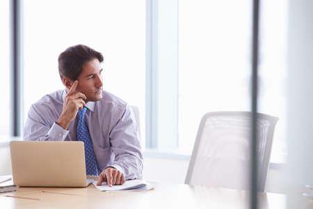 ejecutivo en oficina: El hombre de negocios que trabaja en la computadora portátil en el Mesa de reuniones Foto de archivo