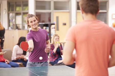 jugando tenis: Estudiantes universitarios y relajante jugar tenis de mesa