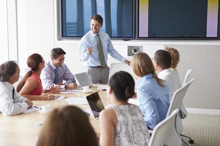 会議室のビジネスマンと話して動機上のスピーカー 写真素材