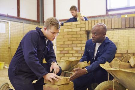 negras africanas: Maestro ayudar a los estudiantes de Formación para ser constructores Foto de archivo