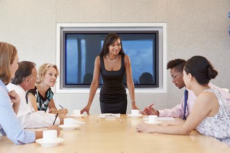 reuniones empresariales: Empresaria Por Pantalla Abordar Sala de reuniones
