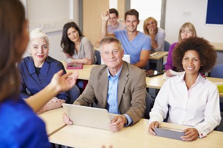 Ältere Studierende in der Weiterbildung der Klasse mit Lehrer