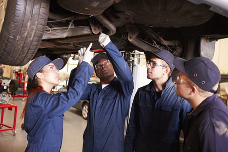 ejercicios: Maestro ayudar a los estudiantes a ser Capacitaci�n mec�nicos de coche