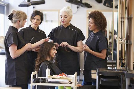 cabello negro: Formación del Profesorado maduro Estudiantes en peluquería Foto de archivo