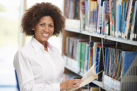 mujeres africanas: Estudiante femenino maduro que estudia en la biblioteca