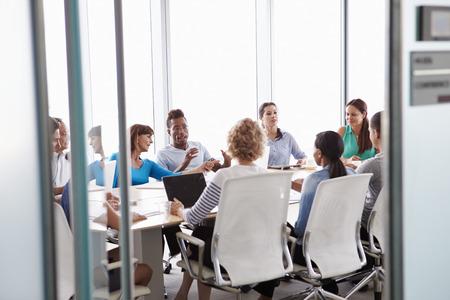 reunion de trabajo: Ver a trav�s de reuniones de la puerta de la Sala A de negocios