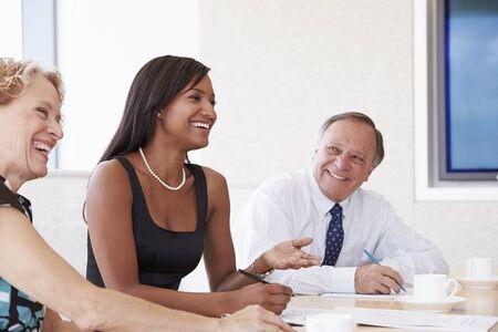 negras africanas: Tres empresarios que tienen reunión en la sala de reunión