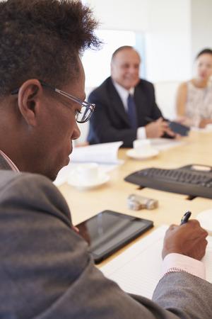 reunion de trabajo: Tres empresarios que tienen reunión en la sala de reunión