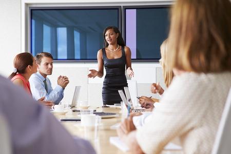 商務: 商人集團會議圍繞會議室表