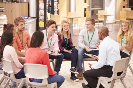 tutor: Estudiantes universitarios con el tutor que tiene discusión