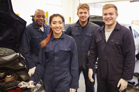 Leraar die studenten Training Om Car Mechanics Be Stockfoto