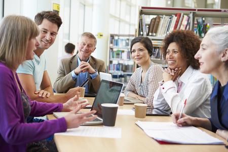 ライブラリのプロジェクトに協力して成熟した学生のグループ