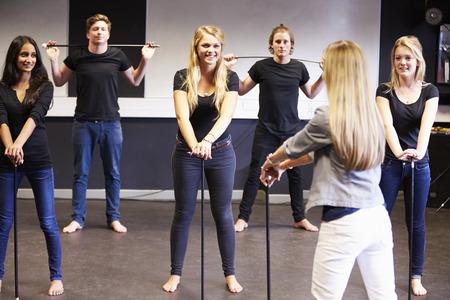 chicas bailando: Los estudiantes que toman la clase de danza Al Colegio de Drama